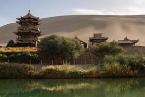Chinees paviljoen dichtbij toenemend maanmeer foto
