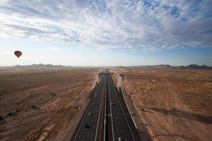 snelweg en woestijn foto