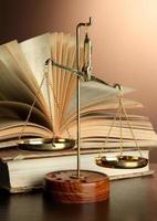 gouden schalen van Justitie en boeken over bruine achtergrond