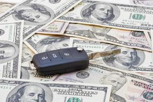 autosleutels over dollar biljetten foto