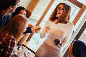 serveerster die klantenrekening in rekening brengt foto