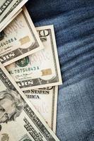 dollars op jeansachtergrond foto