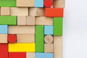 houten bouwstenen die op witte achtergrond worden geïsoleerd foto