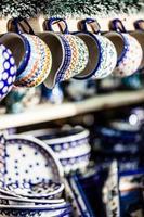 kleurrijke keramiek op traditionele Poolse markt. foto