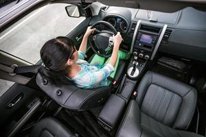 vrouw achter het stuur van een auto. foto