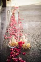 doorgang bruiloft instellen roze rozen met kaarsen vaas