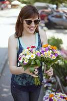 jonge vrouw bij de bloemist winkel