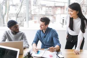 jonge professionals die werken in een kantoor