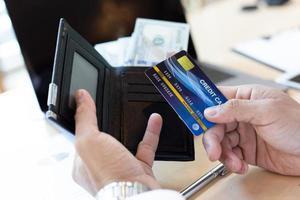 financier persoon met creditcard op het werk foto