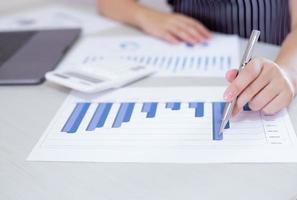 zakenman analyseert financiële grafiek op het werk foto