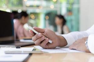 bedrijfspersoon aan balie met behulp van mobiele telefoon
