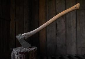 een ijzeren bijl vast in een houten blok