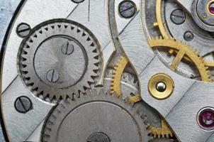 metalen tandwielen in oud uurwerk, macro. foto