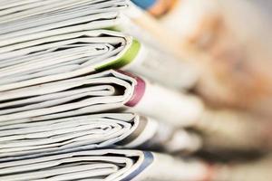 close-up stapel krant foto