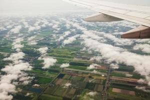 wolk en blauwe hemel van vliegtuig vanuit raam foto