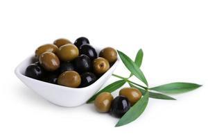 groene en zwarte olijven in kom op wit wordt geïsoleerd foto