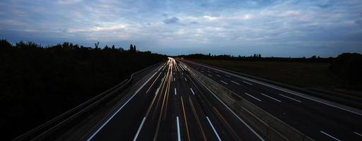 verkeer op de snelweg, druk verkeer op de snelweg, achtergrond reizen foto