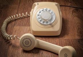 retro telefoon op houten tafel vooraan verloop achtergrond foto