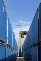 mobiele kraan bewegende containers in opslagplaats foto