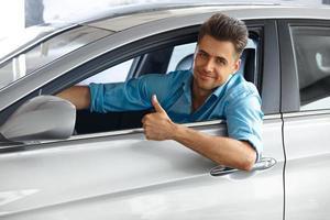 tevreden klant in de auto van zijn droom. foto