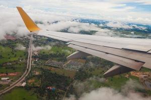 vliegtuigen die van de landingsbaan opstijgen foto