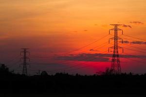 hoogspanningspost bij zonsondergang foto