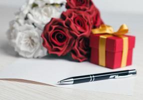 lege wenskaart met bloemen en cadeau foto