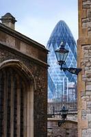 toren Mary Axe en Tower of London foto
