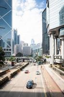 snelweg en wolkenkrabbers in hong kong foto
