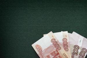 de Russische roebelsbankbiljetten hopen op een groene achtergrond op foto