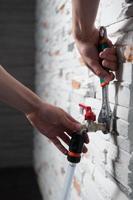 loodgieter met flexibele tape foto