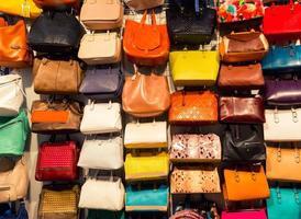 kleurrijke achtergrond van boodschappentassen foto
