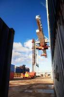 kraan laden containers in de haven foto