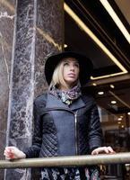 jonge mooie blonde vrouw in stijlvolle hoed, Europese straatmode foto
