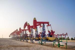 werkende booreiland in olieveld in heldere hemel foto