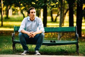 knappe volwassen man zittend op de bank foto