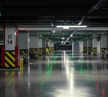 parkeergarage, ondergronds interieur met enkele geparkeerde auto's foto