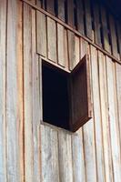 oude houten raam geopend foto