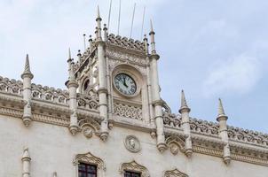 klok op de gevel van het treinstation van Rossio foto