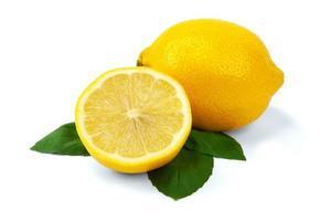 gesneden citroen met bladeren op een witte baground foto