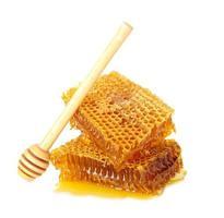 zoete honingraat en houten drizzler, geïsoleerd op wit foto