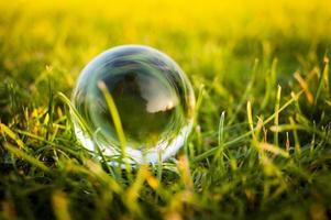 glazen bal op het gras foto