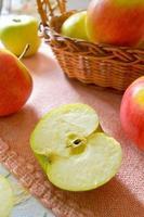 groene en rode biologische appels in de mand foto