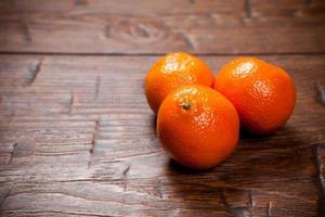 mandarijnen op houten tafel foto