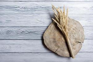 eerstelingsgarve van tarwe op hout achtergrond. oogst concept. bovenaanzicht foto
