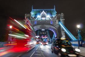 Tower Bridge bussen en een taxi foto