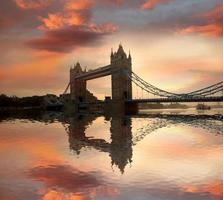 beroemde torenbrug tegen zonsondergang in Londen, Engeland foto