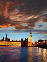 beroemde Big Ben in de avond met bridge, Londen, Engeland foto