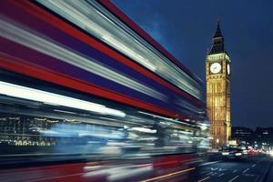 Big Ben en bus bij nacht foto