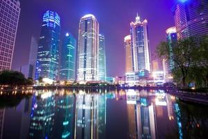 nacht uitzicht op het financiële centrum van lujiazui foto